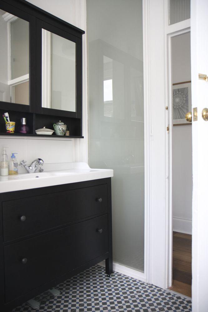 Meuble ikea fonc avec petits carreaux ciment via for Decormag salle de bain