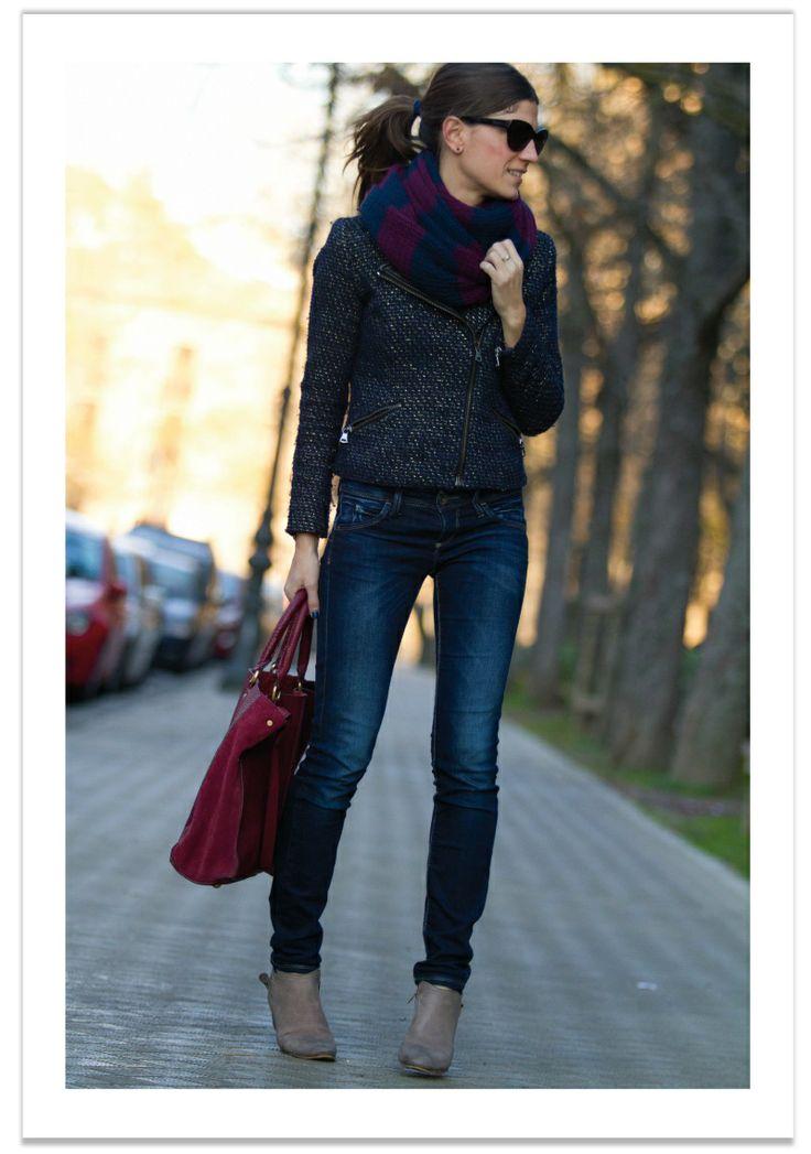 pantalon vaquero - abrigo gris & complementos azul - marino & rojo - borgoña