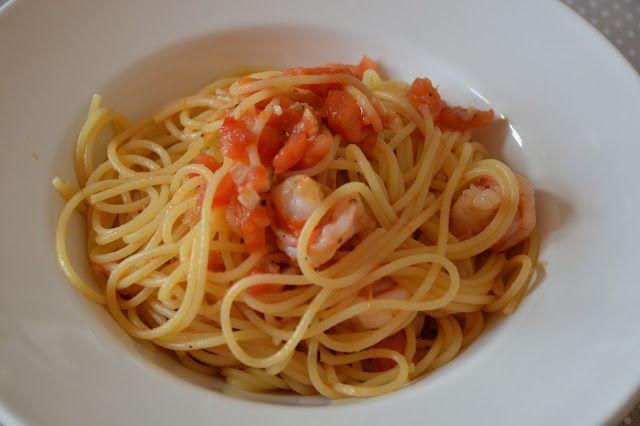 Spaghetti con gambas y tomate