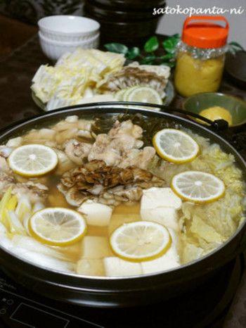 """寒い季節は、やっぱり鍋料理。  鰹と昆布がきいたお出汁に""""塩レモン""""がとても合います。 レシピの具材は、豆腐と手羽元、野菜とキノコですが、鱈の切り身や鶏ミンチ、薄切りの豚肉でも。  塩レモンがあるならぜひ試してほしい鍋料理。ポン酢で頂くのとはまた違った味わいです。"""