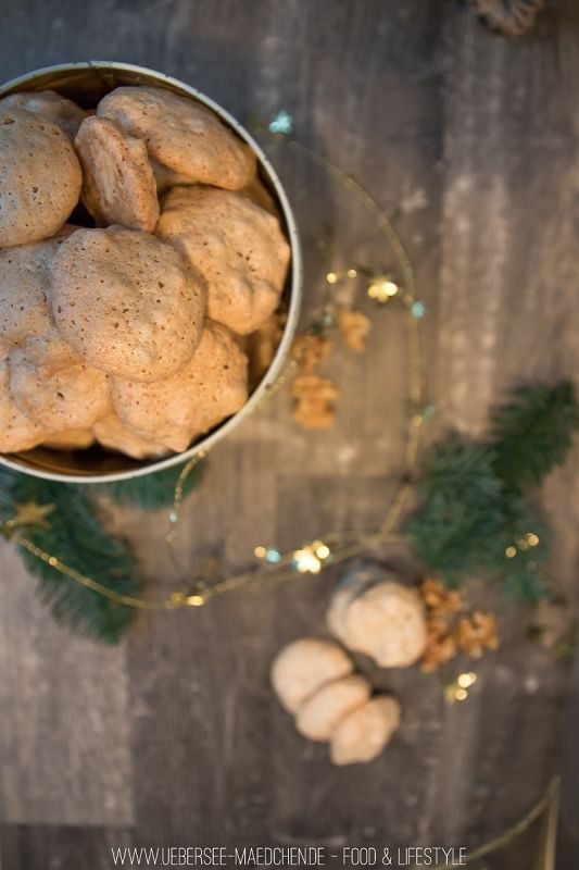 Nach all dem Plätzchenbacken noch Eiweiß übrig? Dann ist dieses Rezept für Walnussschäumchen perfekt. Leckere Plätzchen, die schön crunchy und zugleich fluffig sind. Nur vier Zutaten: Walnuss, Eiweiß, Zucker und Salz. | German Christmas Cookies called Plätzchen with walnut, eggwhite and sugar, salt - that's it.