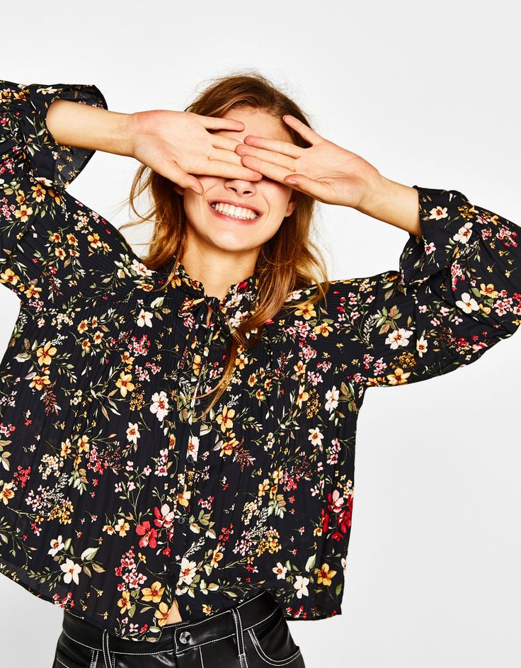 Μπλούζα βικτοριανό στιλ με λουλούδια. Ανακαλύψτε το μαζί με πολλά άλλα ρούχα στο Bershka, με νέες παραλαβές κάθε εβδομάδα.