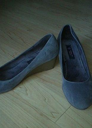 Kaufe meinen Artikel bei #Kleiderkreisel http://www.kleiderkreisel.de/damenschuhe/hohe-schuhe/59193348-graue-keilabsatzschuhe