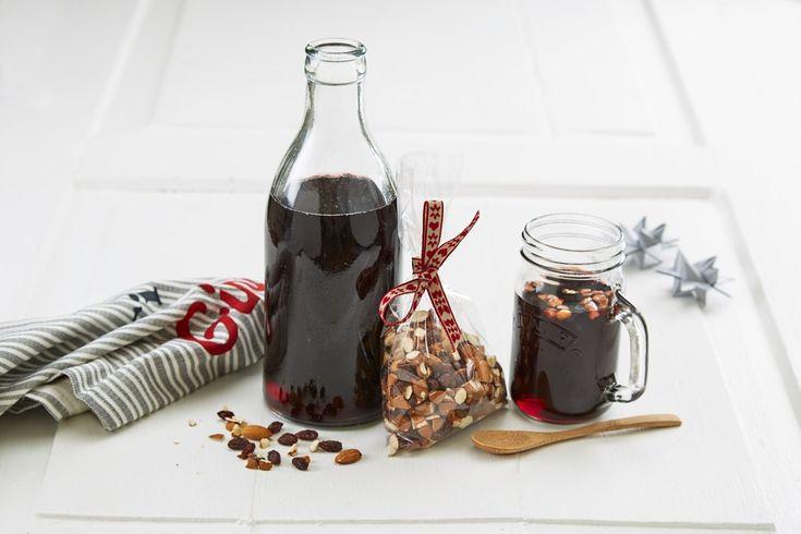 Det er gøy å lage sin egen gløgg. I denne oppskriften bruker vi appelsinjuice og solbærsaft i tillegg til julens mange krydder.