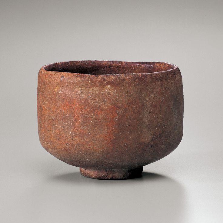 赤樂茶碗 銘 太郎坊(たろうぼう) 初代 長次郎|桃山時代(十六世紀)|重要文化財|裏千家今日庵蔵 初期的なプリミティブさを残す。長次郎が利休から依頼され制作し始めた頃の素朴な作振り。轆轤にはない柔らかな姿、手のぬくもりが感じられる。樂茶碗は手のひらの形。