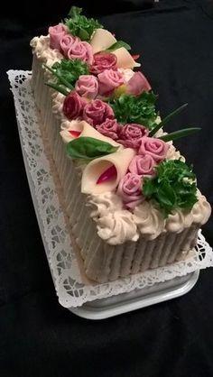 Voileipäkakkuun ruusuja kinkusta ja meetwurstista. Kallan kukat juustosiivusta.