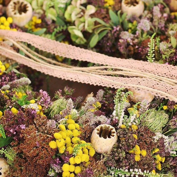 Venčeky na dvere z prírodných dekorácií.  V Teleráne sme dekorovali rôzne vence z lúčnych byliniek šišiek záhradných kvetov a morských mušlí. Floristky-Majka Miháliková a Silvia Pavúrová #kvetysilvia #kvetinarstvo #kvety #svadba #love #instagood #cute #follow #photooftheday #beautiful #tagsforlikes #happy#like4like #nature #style #nofilter #pretty #flowers #design #awesome #wedding #home #handmade #flower #summer #bride #weddingday #floral #naturelovers #picoftheday