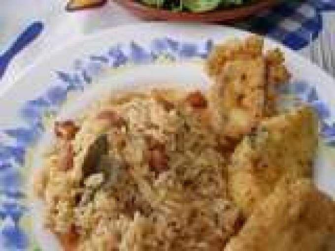 Polvo frito com arroz de feijão e saladinha de tomate cereja e alface