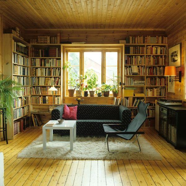 Stue med bokhyller, stol, sofa, bord, stereoanlegg i enebolig, Nordstrand, Oslo. Illustrasjonsbilde fra Bonytt 1983.