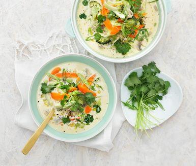 Tom kha pak är en thailändsk grön curry-soppa som är precis sådär lagom het. Kokosmjölk, champinjoner, bönor och grönsaker gör den dessutom mättande. Toppa med färsk koriander, servera och njut!
