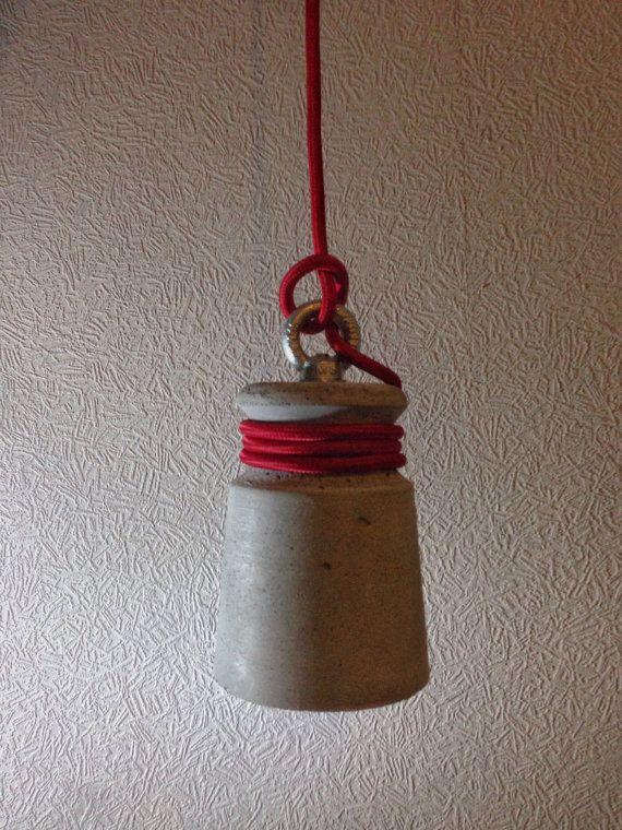 Il lampada a sospensione in cemento viene eseguito il cast da un luce grigio cemento. Questa lampada sarà grande sulla barra o sul comodino in camera da letto. Dimensioni, peso: 18 x 10 x 10 cm, 1,2 kg  Materiali utilizzati: Calcestruzzo, E27 ottone montaggio, cavo di 2,5 m; Lampadina: E27 lampadine (non incluse)  Produzione: Processo di colata di calcestruzzo a mano