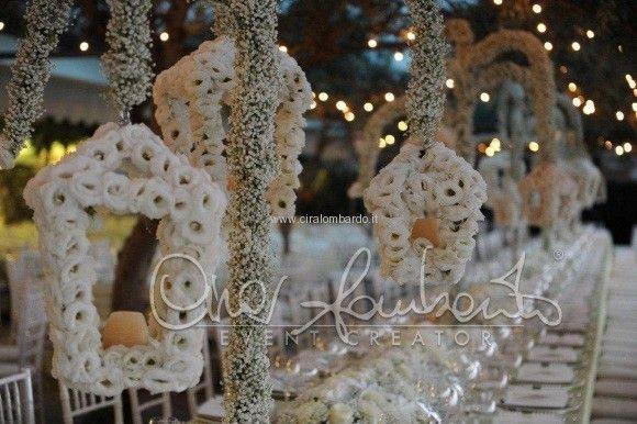 Matrimonio da sogno al Castello. Lanterne floreali adornano il cielo sopra il tavolo imperiale come passeggiare sul ponte dell'amore. | Cira Lombardo Wedding Planner