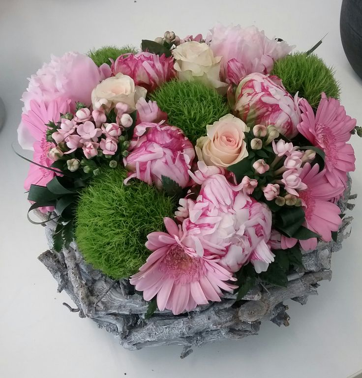 Bloemenboetiek Van Hemelrijck Diana    een bloemstuk in zacht roze kleuren