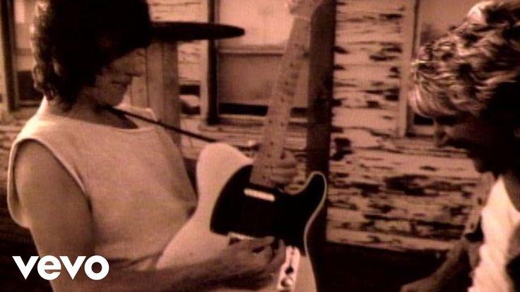 おはようございます。 今日はロッド・スチュワートの誕生日。 今朝の一曲は「ピープル・ゲット・レディ」、ジェフ・ベック(ギター)とロッド・スチュワート(ヴォーカル)が協演したオフィシャル音楽ビデオ。スローなナンバーにセピア調の二人の映像がよく合っていて素敵なビデオです。 ロッドは1960年代終わりごろにジェフのグループに参加していたのですね。この曲はそのグループが解散して15年後の1985年に旧友二人が協演したものです。