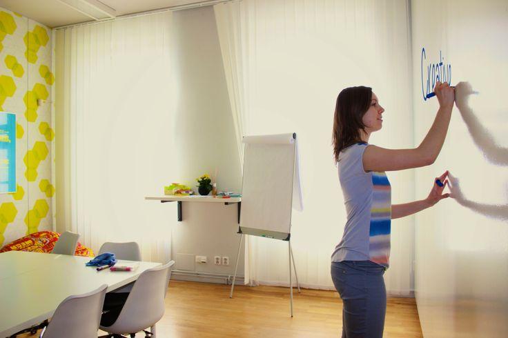 Kreativní místnost s velkou psací plochou, kde studenti mohou okamžitě zapisovat své nápady. #Unifer #office #kancelar