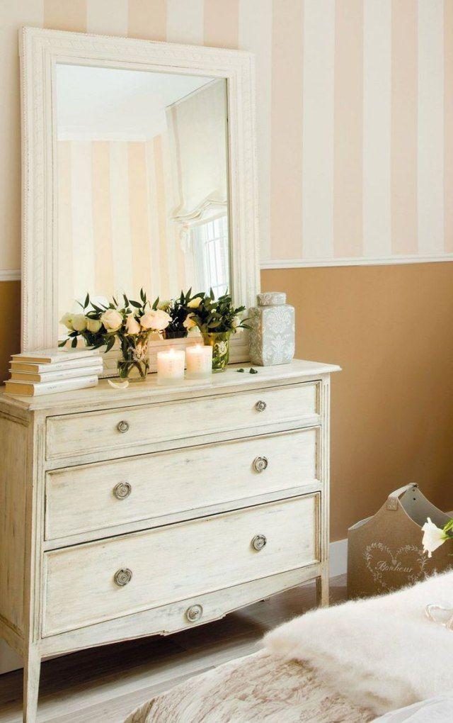 chambre à coucher de style shabby chic avec une décoration murale en rose pâle et blanc