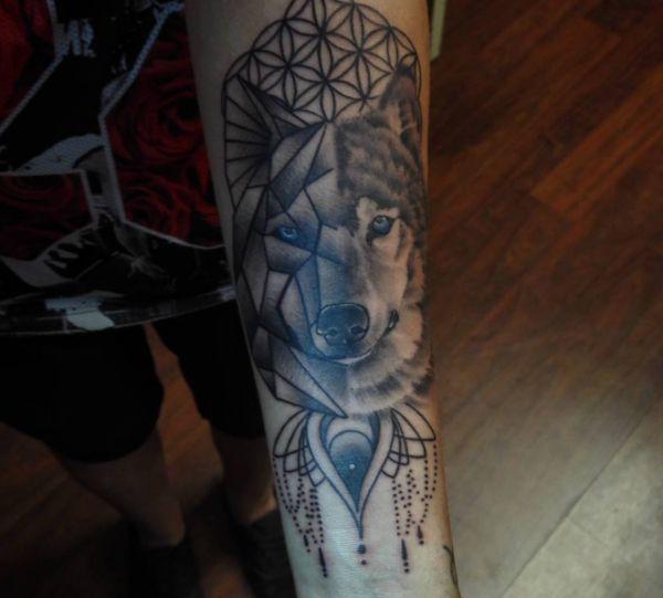 Geometrisch Wolfskopf Tattoo auf dem Arm