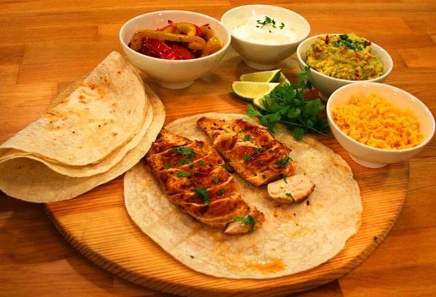 İspanya'yı mutfağınıza taşımak için tek gereken biraz tavuk biraz baharat. Avokado Soslu Tavuklu Fajita