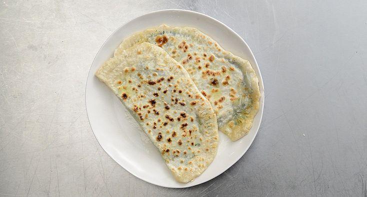 Муку смешать с солью, влить четверть стакана теплой воды и перемешать. Влить оставшуюся воду, постоянно помешивая. Замесить крутое тесто.