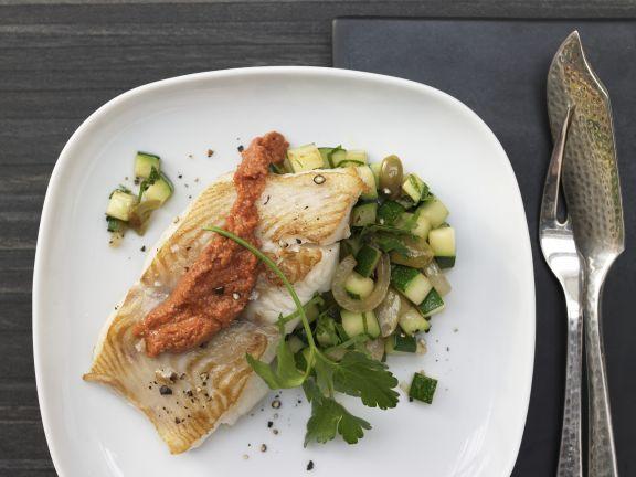 Heilbutt aus der Pfanne mit Paprikasauce & Zucchini: Der schmackhafte Heilbutt enthält kaum Fett, aber jede Menge anderer Vitamine und Mineralstoffe.