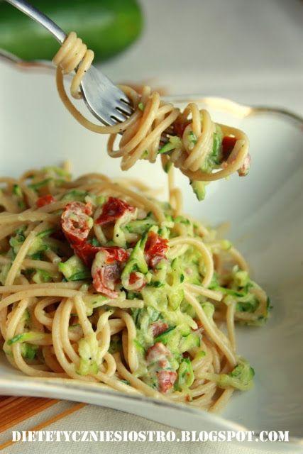 Spaghetti z cukinią i suszonymi pomidorami