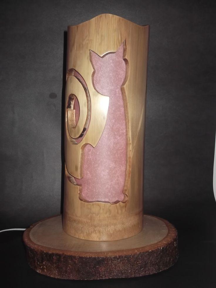 Lámpara en guadua elaborada con la silueta de un gato por el cual pasará la luz al momento de ser encendida.