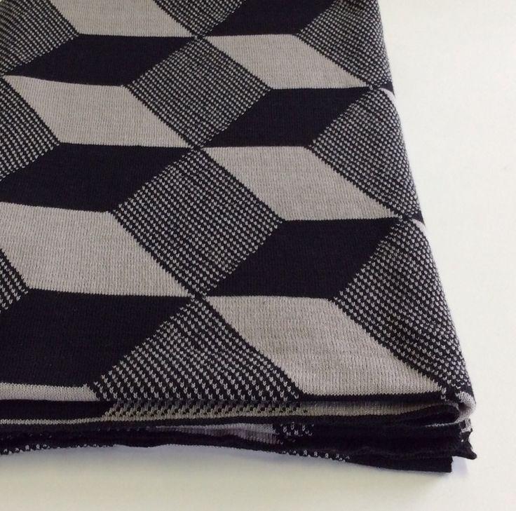 Coperta Ferm Living in lana texture grigio, nero, bianco e nero.