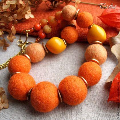 """Физалис"""" - яркие бусы из войлока, экзотических орехов и натуральных камней. Для валяных бусин я использовала шерсть двух оттенков - сочно-оранжевого и приглушенно - абрикосового. Ярко желтые бусины -это колорированные экзотические орехи кукуи. Сочную палитру бус поддерживают оранжевые бусины агат кракле, плоские бусины дерева смолосемянника, окрашенные в золотой цвет и фурнитура цвета золота. По цветовому оттенку бусы напоминают мне ягодки физалиса. Бусины закреплены на ювелирном тросе."""