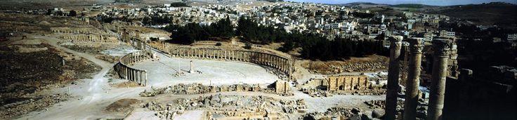 Gerasa es el nombre de una antigua ciudad de la DecápolisRecientes excavaciones muestran que Jerash ya estaba habitada durante la Edad del Bronce y la Edad del Hierro (3200 a. C. - 1200 a. C.). Después de la conquista romana, en el año 63 a. C., Jerash y sus contornos fueron anexionados a la provincia romana de Siria, y más tarde se integró en la Decápolis. En 90 d. C. se incorporó a la provincia de Arabia, que incluía la ciudad de Filadelfia (actual Ammán). Los romanos garantizaron la paz y…