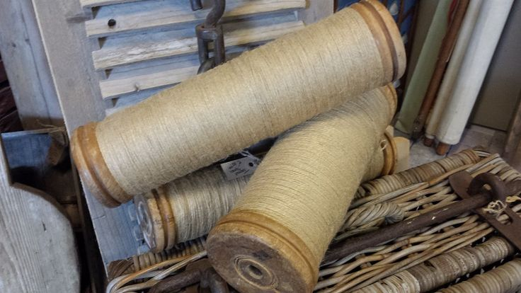 Mooie houten spoelen uit een Franse weverij, gekocht in Isle sur le Sorgues . Brocante @ GoedGevonden