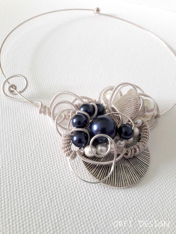 Wire necklace with swarovski pearls...