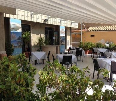 """Il ristorante """"Mirasole"""" si trova a due passi dal mare di San Leone. E' un locale fine e tranquillo in cui poter trascorrere una bella serata o pranzare in compagnia di amici o colleghi di lavoro. Disponibile veranda estiva con tavoli all'aperto"""