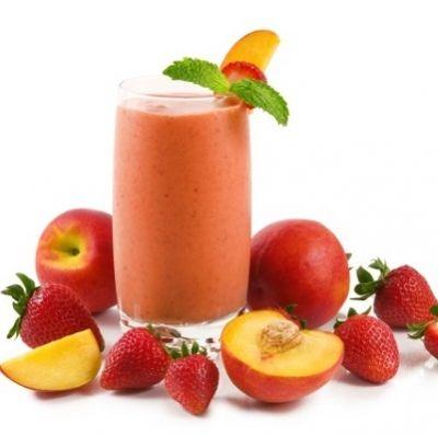 Smoothie mit Erdbeeren, Pfirsich und Banane