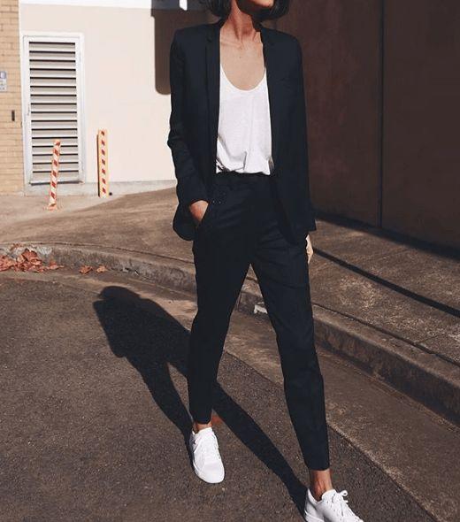 Un abito nero, una camicia bianca casual e solo scarpe da ginnastica bianche …