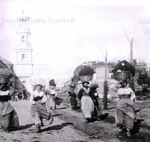 Contadine lungo la via Ostiense, sullo sfondo il campalnile della Chiesa San Paolo fuori le mura Anno: 1880