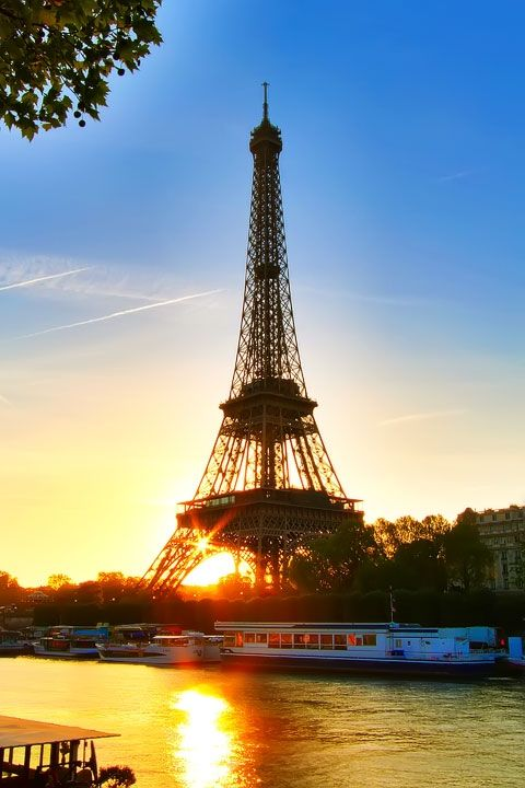 Eiffel Tower at Sunset, Paris, France - Awesome Paris travel post!  www.kevinandamanda.com