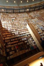 JAPON : Musée Shiba Ryotaro  Livrophage? L'auteur japonais Shiba Ryotaro l'était certainement: sa collection de livres personnelle contenait plus de 20 000 titres qu'il a utilisés pour écrire les quelque 500 oeuvres de sa prolifique carrière. Ils sont désormais exposés dans un musée dessiné par l'architecte Tadao Ando, qui les a disposés dans des étagères de chêne s'élevant du plancher au plafond, d'une hauteur pouvant atteindre 11 mètres, et suivant parfois des lignes courbes! Certes, ils…
