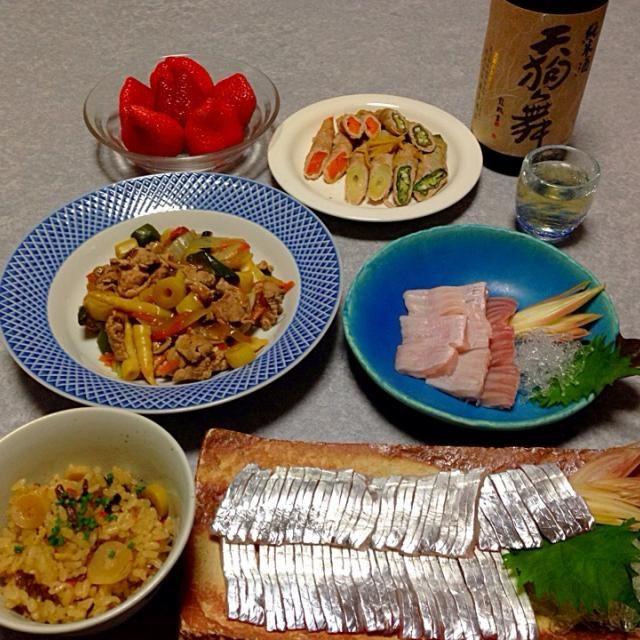 太刀魚と ヒラメのエンガワのお刺身、 野菜炒め、 タケノコ・オクラ・人参の肉巻き、 山菜の炊き込みご飯、  飲み物は 日本酒「天狗舞」  デザートはイチゴ です。 - 23件のもぐもぐ - お肉・山菜・お刺身〜(#^.^#) by orieueki