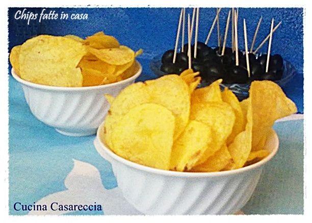 Chips fatte in casa ricetta finger food facile sana ed economica da preparare. Sono come quelle che troviamo nelle buste al negozio constatate la differenza