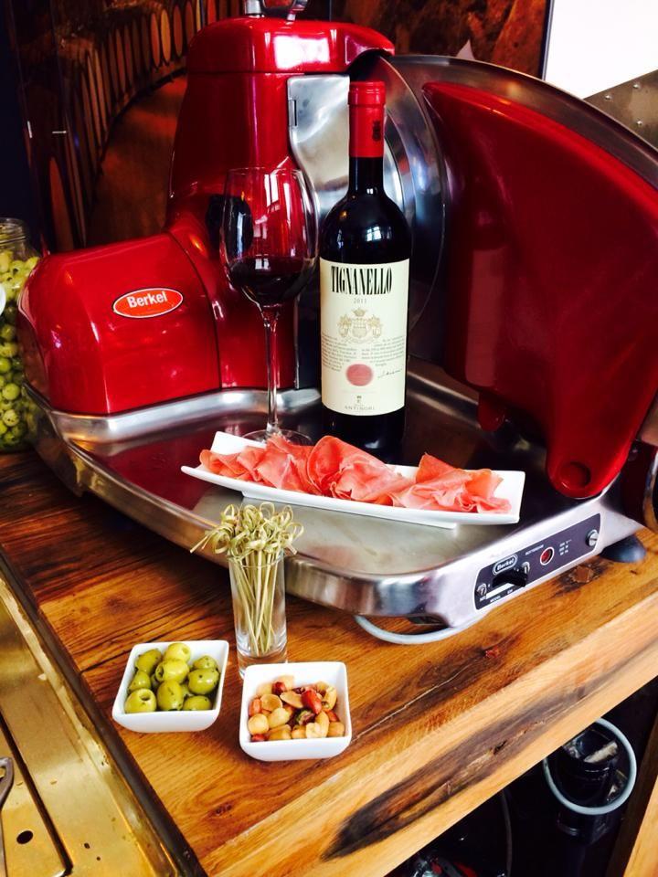 Wijnbar Bij Dirk in de Verwerstraat Olijfjes op tafel, bij het tweede glas een plankje pata negra: #denbosch #food #wijn #hotshop #borrel #tip #highwine
