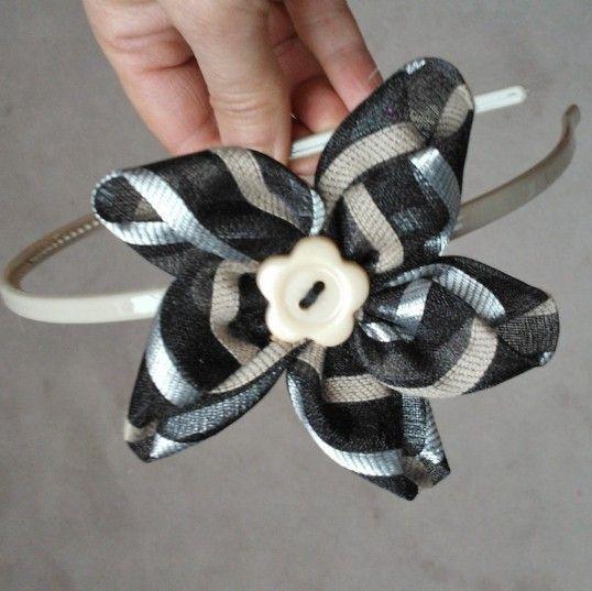 Diadema fina con flor de tela y botón