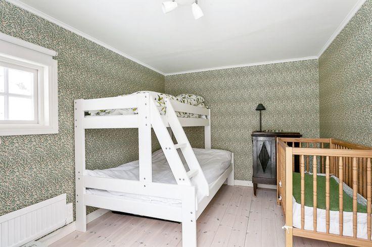 Mysigt litet gästrum med våningssäng. Perfekt för gästerna i villan. Grön tapet.