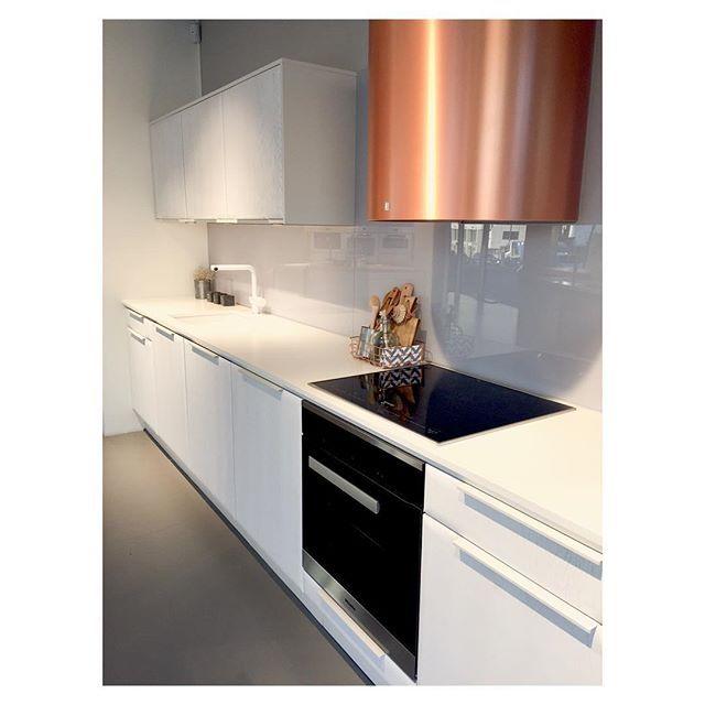 Radius Kritthvit Eik Heltre eik og malt #noremakjøkken #heltre #kobber #stilren #kjøkkenløsninger #kjøkken #røroshette #kitchen #kitchendesign #bolig #oppussing #interiør #interiordesign #instagood #white #lekkert #modern #glamitec