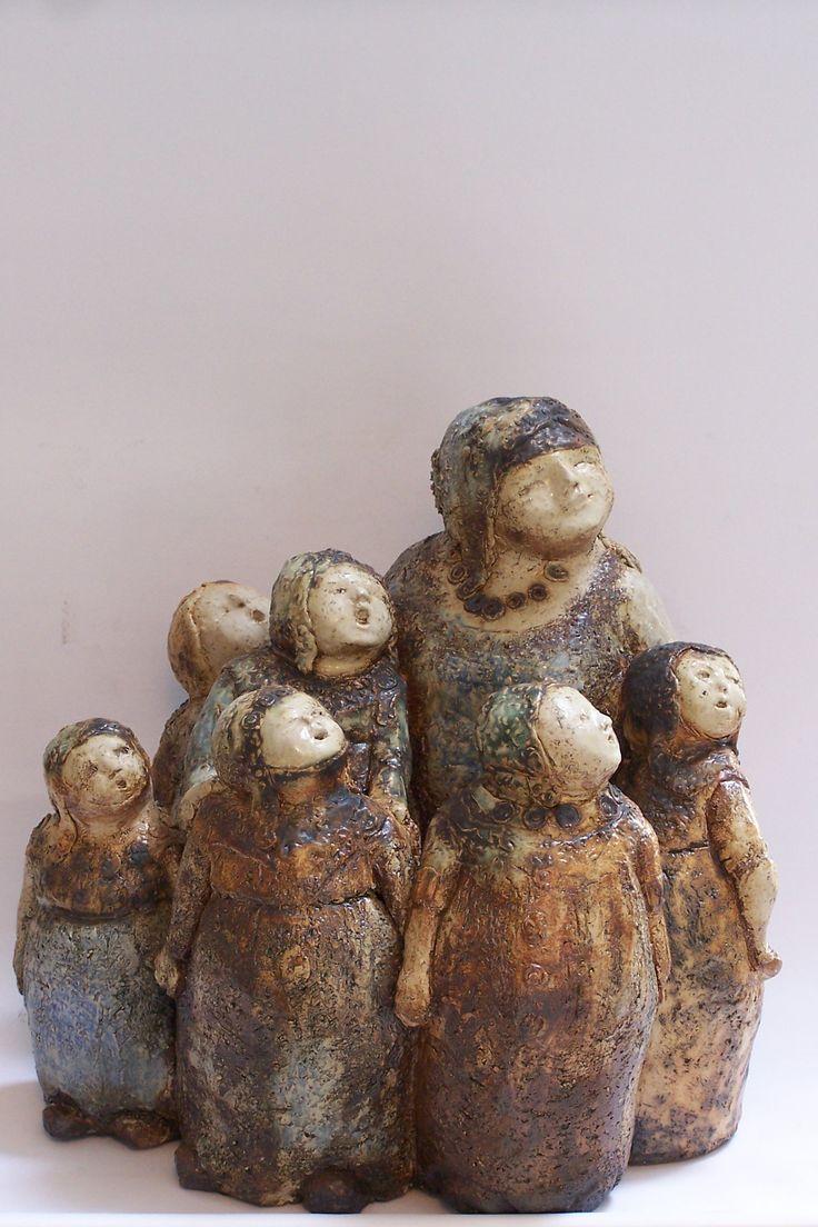 nelrood.nl - Beeld van keramiek / klei. Vrouw met kinderen van keramiste Nel Rood.