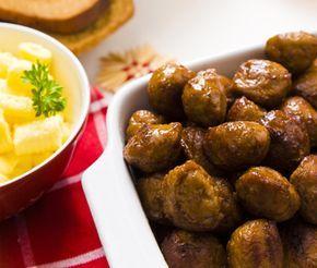 Julköttbullar är en svensk klassiker på julbordet. Dessa goda köttbullar har en touche av kryddpeppar som passar utmärkt till jul. Julköttbullarna är enkla att tillaga och smakar helt ljuvligt.
