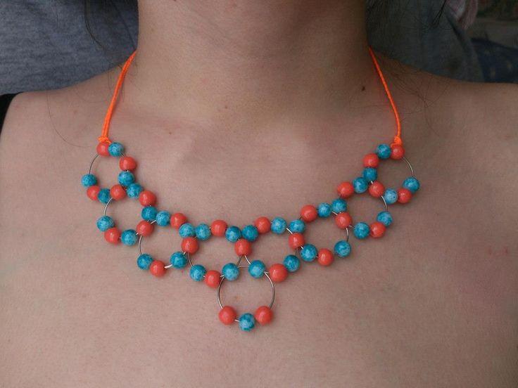 Collar de alambre y perlas con lazo de hilo.