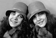 Daisy and Violet Hilton c1927e.jpg Dewey-Faced Ingenues
