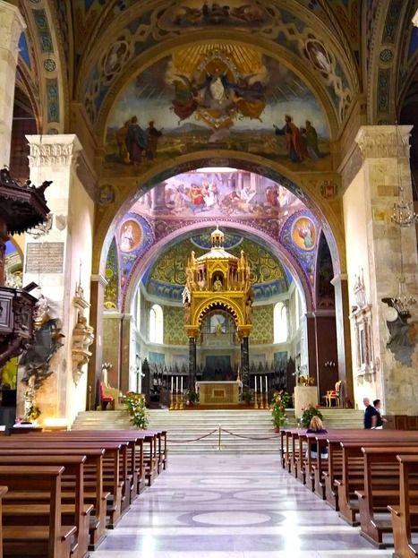 Der wunderschöner Dom Sant'Emidio befindet sich neben il palazzo dell'Arengo in die piazza Arringo in Ascoli Piceno.