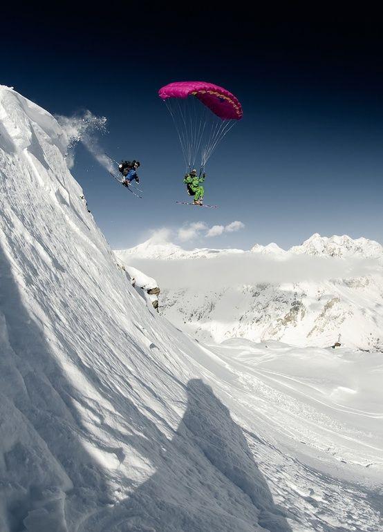 Dos pasiones en el aire: parapente y esquí.
