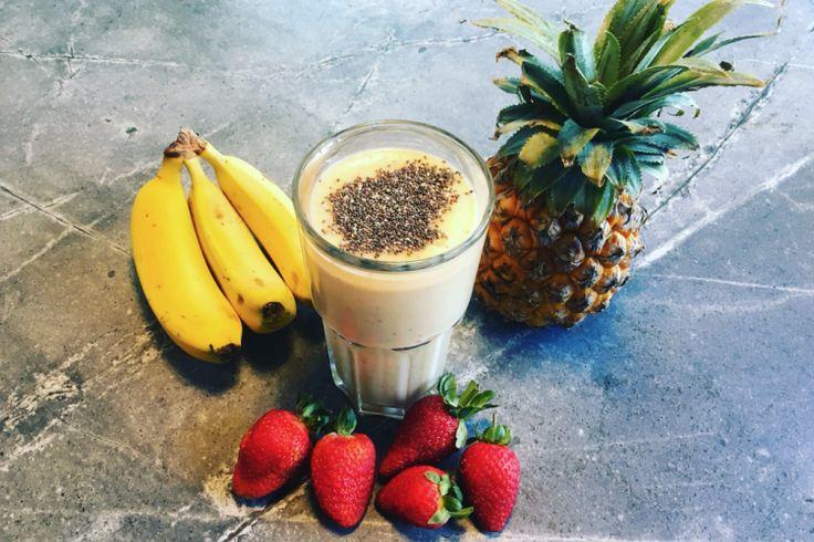 Smoothie met ananas, aardbeien, kokoswater en yoghurt
